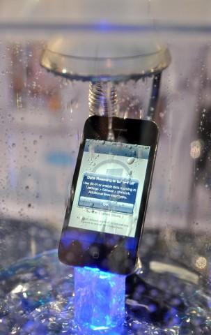iPhone im Regen, geschützt mit Liquipel (Bild: Nico Ernst)