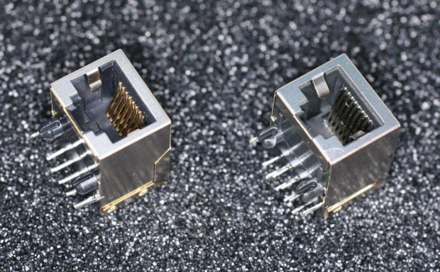 Die beiden Ethernet-Buchsen, rechts ist die defekte