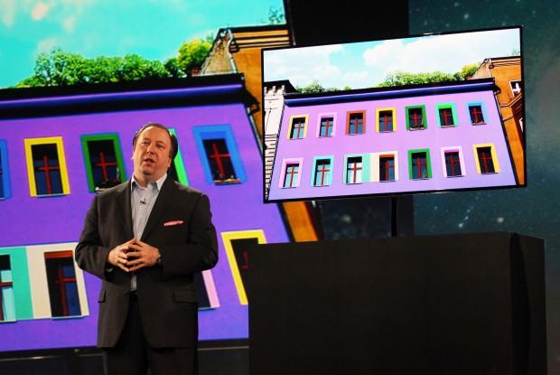 Samsungs Senior Vice President Joseph Stinziano mit Super OLED TV während der CES-2012-Pressekonferenz (Bild: Samsung Electronics)