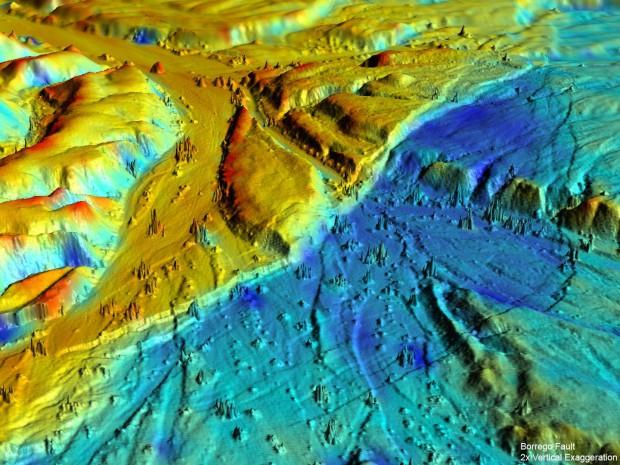 Die Höhenkarte zeigt mit 2facher vertikaler Überhöhung, wo sich die Landschaft gehoben (rot) und wo sie sich abgesenkt hat (blau). (Bild: UC Davies)