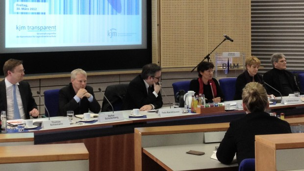 Thomas Schiemann (Telekom), Stefan Schellenberg (Jusprog), Felix Barckhausen (Familienministerium), Moderatorin Verena Weigand (KJM), Katharina Geiger (Evang. Frauenbund), Friedemann Schindler (Jugendschutz.net; v.l.n.r.)