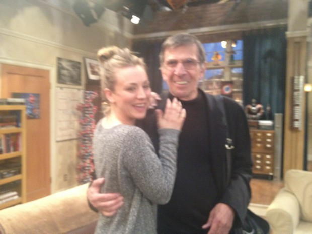 Kaley Cuoco alias Penny mit Leonard Nimoy (Quelle: http://twitter.com/KaleyCuoco)