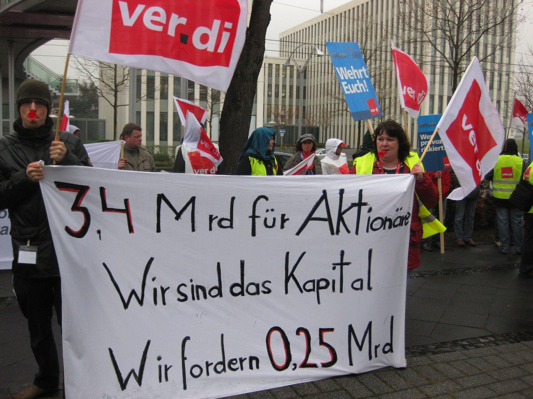 """Tarifrunde: Die Telekom-Cloud oder """"Die Telekom klaut"""" - Menschenkette vor Telekom-Zentrale"""