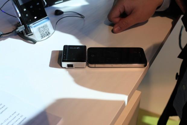 Aiptek Mobilecinema i20 - Pico-Projektor für das iPhone 3GS, iPhone 4 und iPhone 4S (Bilder: Christian Klaß/Golem.de)