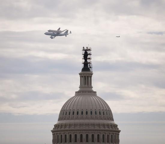 Die Discovery huckepack über dem Capitol in Washington (Foto: Nasa)