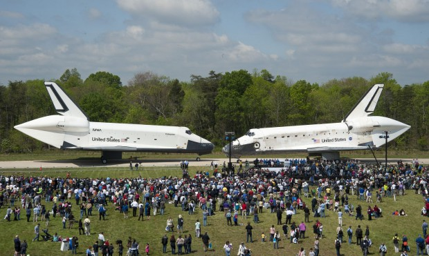 Shuttle-Treffen: Die Discovery (rechts) und die Enterprise am 19. April 2012 auf dem Gelände des  Smithsonian National Air and Space Museum in Chantilly (Foto: Nasa)