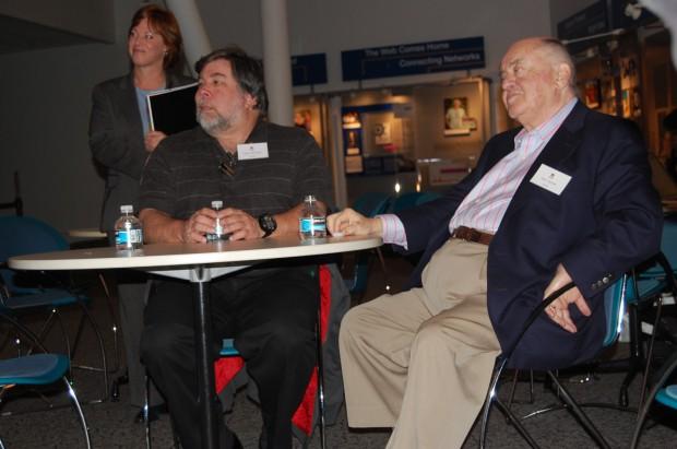 Apple-Mitgründer Steve Wozniak (l.) und Commodore-Gründer Jack Tramiel (r.) auf einer Veranstaltung zu 25 Jahren C64 im Jahr 2007 (Bild: vonguard/CC BY-SA 2.0)