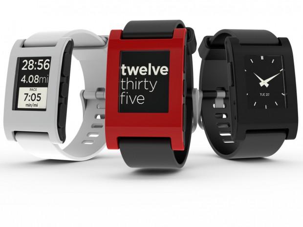 Pebble Smartwatch in den drei bereits festgelegten Farben, eine weitere dürfen die Kickstarter-Unterstützer wählen. (Bild: Pebble)