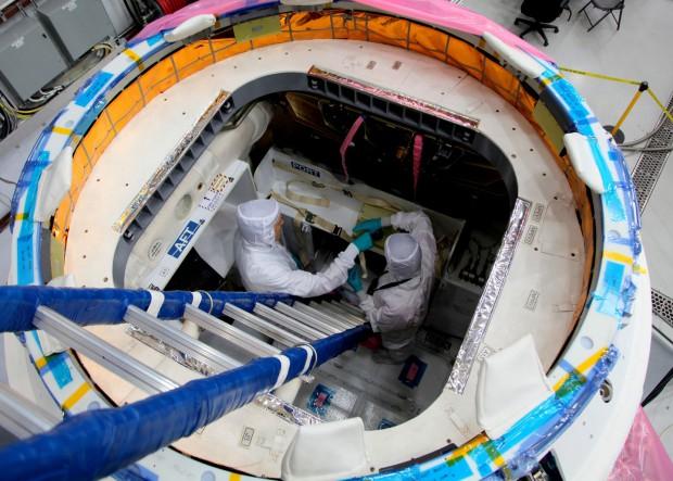 Die Raumfähre Dragon wird für den Flug zur ISS beladen. (Foto: SpaceX)