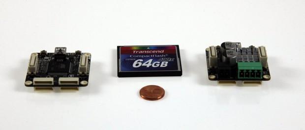 Master-Brick und Schrittmotor-Brick im Größenvergleich mit einer Speicherkarte