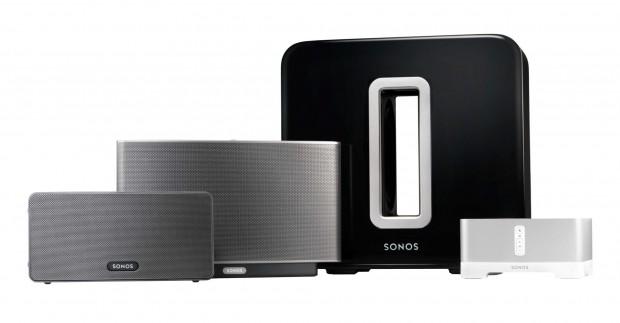 Sonos Sub - in schwarz zwischen Play:3, Play:5 und Connect:Amp (Bild: Sonos)