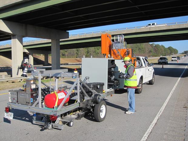 Der Straßenreparatur-Roboter wird als Anhänger über die Straße gezogen. (Bild: Jonathan Holmes)