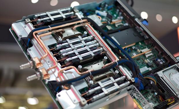 Die Wasserkühlung der idataplex-Module von SuperMUC (Fotos: IBM)