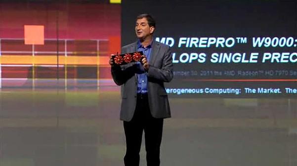 AMD-Technikchef Mark Papermaster präsentiert die AMD Fireprp W9000, hält aber... (Screenshot: Golem.de)