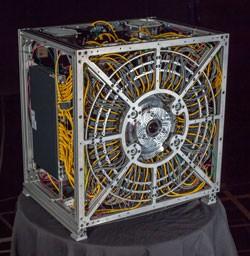 Unhandlich: Die Größe der Gigapixel-Kamera ist den Kühlaggregaten geschuldet. (Bild: Duke University)