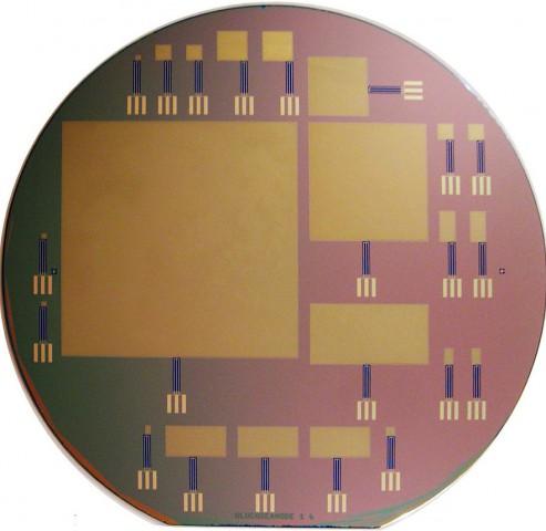 Mehrere Brennstoffzellen auf  einem Wafer. Die größte ist 63 x 63 mm groß. (Bild: Sarpeshkar Lab/MIT)
