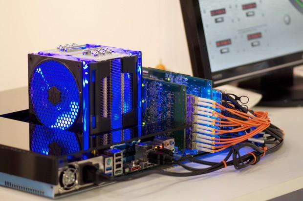 Die Netzwerkkarte arbeitet mit SFP-Modulen. Insgesamt sind zwei Karten nebeneinander zu sehen. Die LEDs sind nur der Effekte wegen platziert und gehören nicht zur Netzwerkkarte.