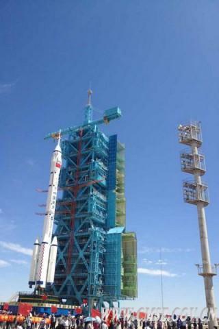Die Trägerrakete vom Typ Langer Marsch und das Raumschiff Shenzhou IX stehen einige Tage vor dem Start bereits auf der Abschussrampe. (Foto: CMSE)