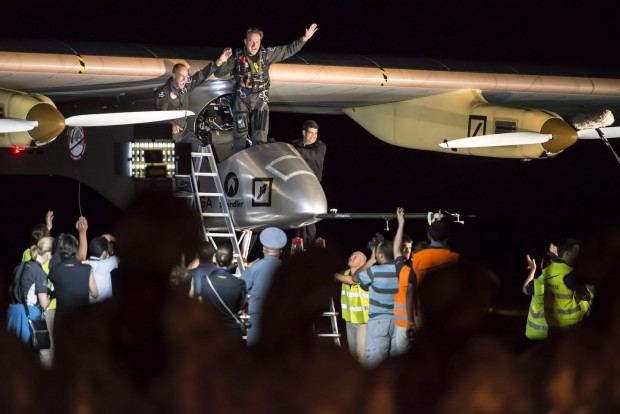 André Borschberg steigt aus dem Solarflugzeug Solar Impulse. (Foto: Jean Revillard/Solar Impulse)
