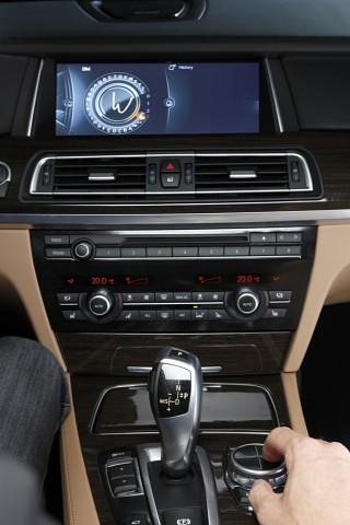 Der Anwender zeichnet ein W auf das Touchpad, das dann im Bildschirm erscheint. (Bild: BMW)