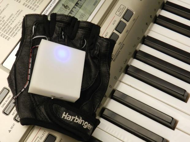 In dem Musikhandschuh stecken Vibratoren, die anzeigen welcher Finger spielen soll.  (Foto: Georgia Tech)