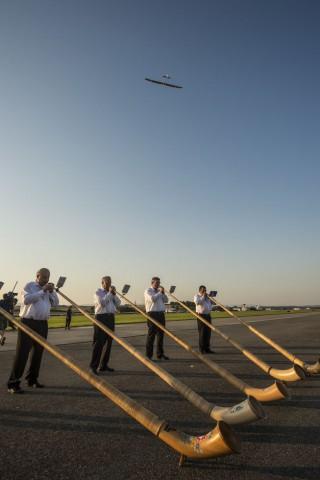 Begrüßungsständchen: Alphörner und Kuhglocken untermalten Bertrand Piccards Landung in Payerne. (Foto: Solar Impulse/Jean Revillard)