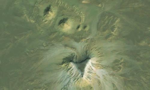 Die zweite Fundstelle mit vier größeren Hügeln und einem dreiseitigen Plateau. Die zwei größeren Hügel haben eine Seitenlänge von ungefähr 76 Metern, während die kleineren nur etwas mehr als 30 Meter messen. Die dreieckige Struktur weist eine Kantenlänge von rund 183 Metern auf.  (Bild: Angela Micol/Google Earth)