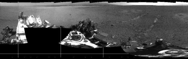 360-Panorama mit Curiositys Spuren auf dem Marsboden (Foto: Nasa/JPL-Caltech)