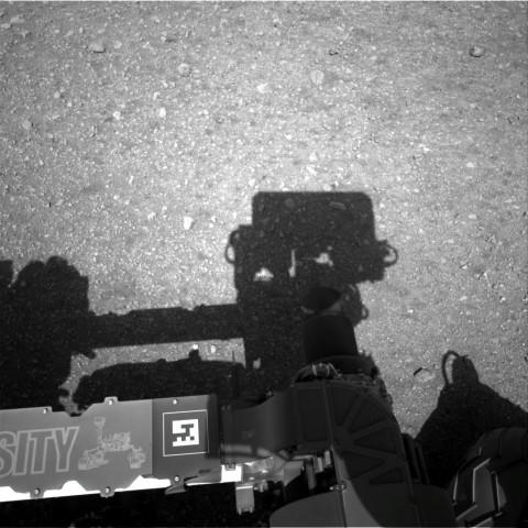 Erste hochaufgelöste Bilder von Curiositys Navcams. Diese sitzen auf dem Mast des Rovers, der am Mittwoch aufgerichtet wurde. (Foto: Nasa/JPL-Caltech)