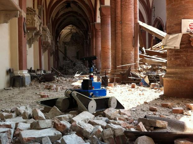 Ein UGV erkundet die Kirche  San Francesco in Assisi... (Foto: DFKI)