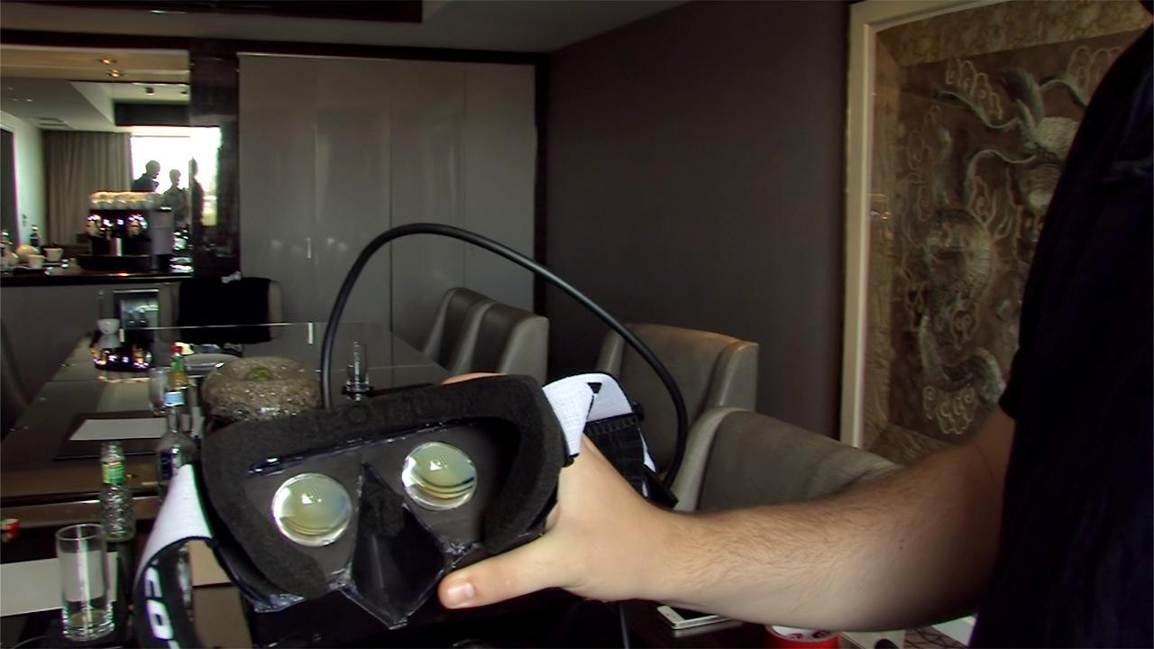 Oculus Rift ausprobiert: Das Holodeck am Rhein - Die Oculus Rift - Blick in die Optik, hinter der ein breites Display sitzt (Foto: dp)