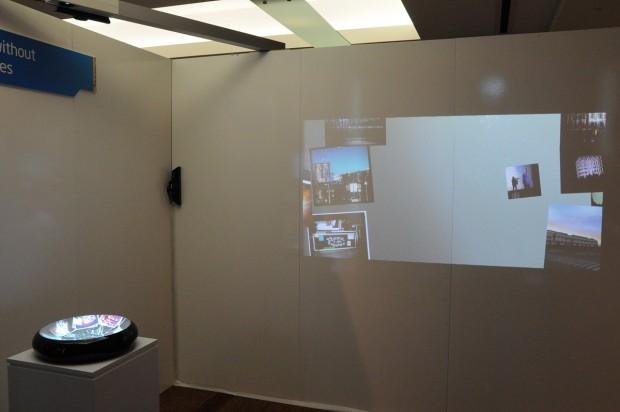 Fotostapel liegen in der Schüssel und werden auf der Wand präsentiert.