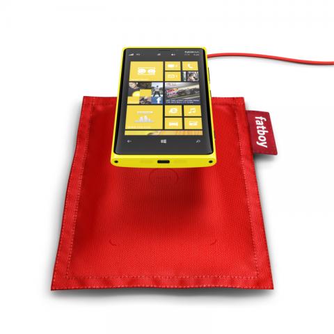 Lumia 920 mit induktiver Ladestation (Quelle: Nokia)