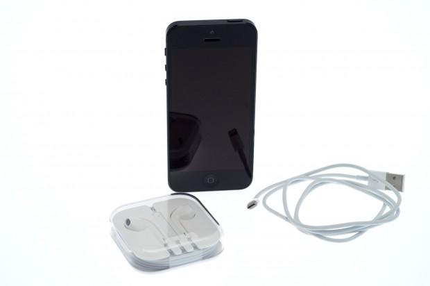 Apple liefert das iPhone 5 mit Lightning-Kabel und neuem Headset.