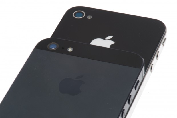 Rückseite des iPhone 5 (oben) sieht deutlich anders aus als beim iPhone 4S.