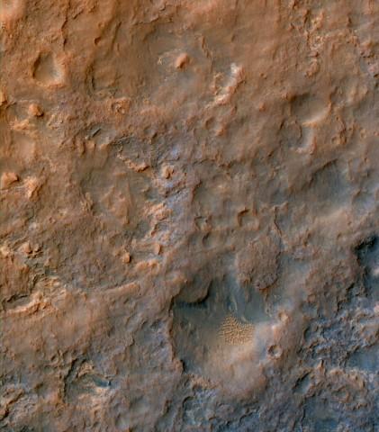 Curiositys Spuren im Marssand am 11. Dezember 2013. Der Rover, der nicht im Bild ist, ist von rechts oben gekommen und nach links unten gefahren. Norden ist auf dem Foto oben. (Foto: Nasa/JPL-Caltech/Univ. of Arizona)