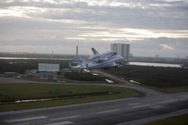 Endeavour vor dem Kennedy Space Center: Am 19. September 2012... (Foto: Nasa)