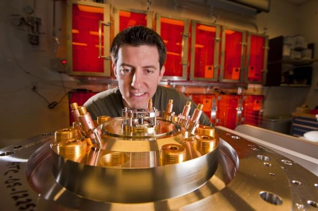 Ryan McBride mit einem Beryllium-Zylinder, der in der Z Maschine getestet werden soll (Foto: Randy Montoya/Sandia)