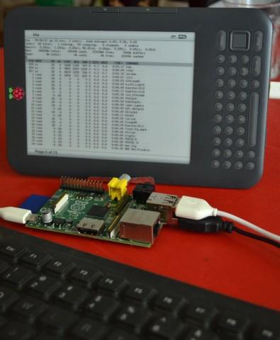 Das Raspberry Pi angeschlossen an einem Kindle 3 und einer USB-Tastatur ergibt das Kindleberry Pi. Bild: Geoffroy Tremblay