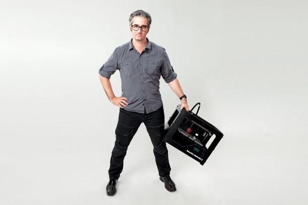 Makerbot-Gründer Bre Pettis mit dem Replicator 2 (Foto: Makerbot)