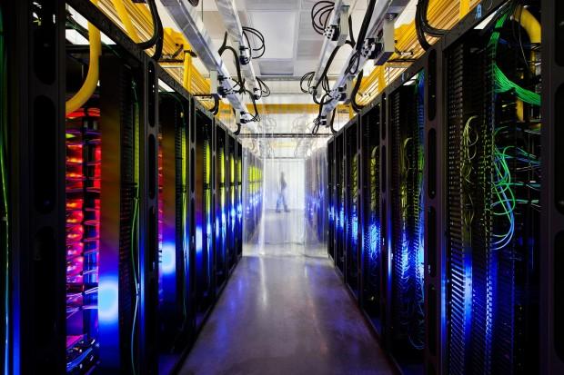 Über die Router und Switches in Googles Campus-Netzwerkraum können die Rechenzentren miteinander kommunizieren. Die Glasfaserkabel verlaufen entlang der gelben Kabeltrassen an der Decke. (Bild: Connie Zhou/Google)