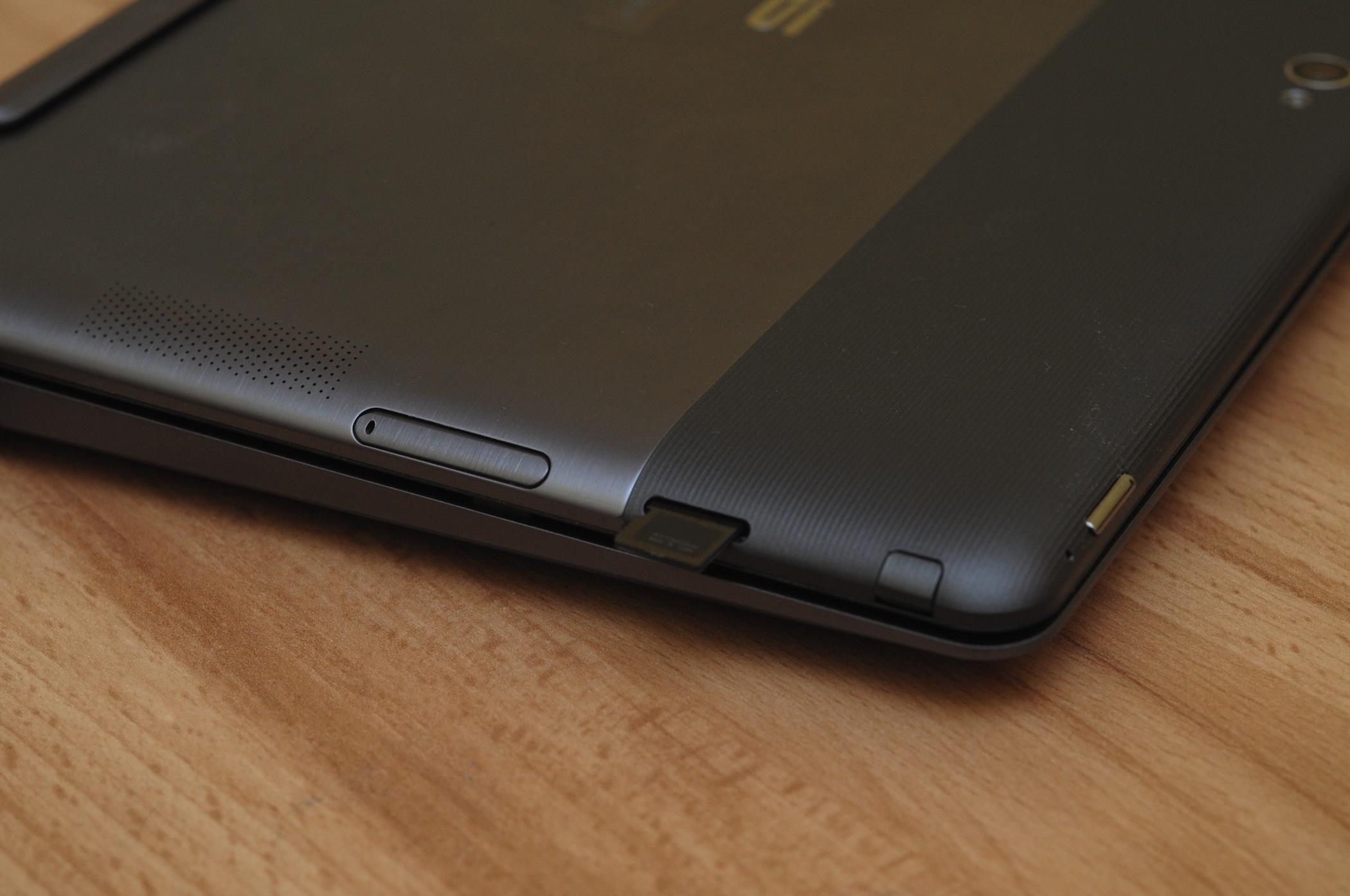 Asus Vivo Tab RT im Test: Gutes ARM-Tablet mit stromsparendem Windows RT - Micro-SD-Schacht in der Mitte