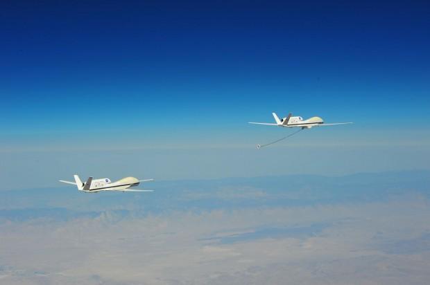 Zwei Drohnen vom Typ Global Hawk simulieren ein Auftankmanöver in der Luft. (Foto: Darpa)