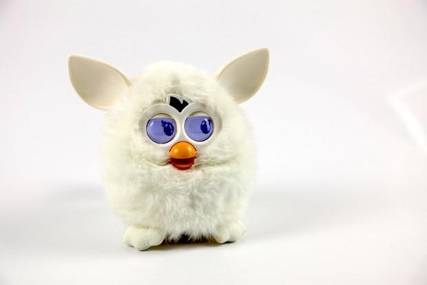 Neuer Furby - weißes Modell im Golem.de-Büro (Bilder: Christian Klaß/Golem.de)