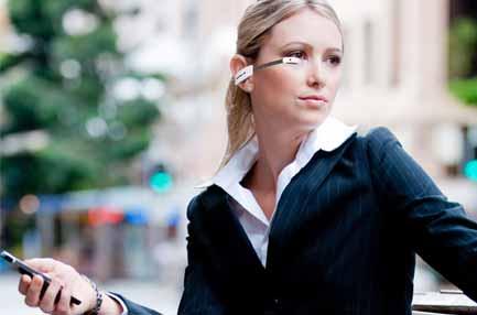 AR-Brille Vuzix M100: Ich sehe was, was du nicht siehst - Die Datenbrille kann wie ein Bluetooth-Headset hinter dem Ohr getragen werden. (Bild: Vuzix)