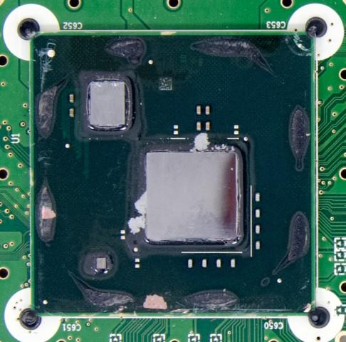 Das MCM, links unten ein Renesas-Chip, oben links die CPU, rechts die GPU (Foto: Anandtech)
