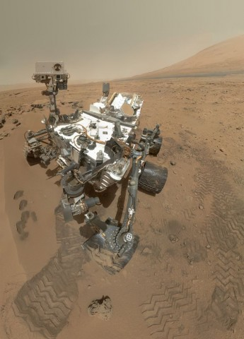 Selbstportät des Marsrovers Curiosity. Es ist aus 55 Einzelaufnahmen zusammengesetzt, die der Mars Hand Lens Imager (MAHLI) am 31. Oktober 2012 aufgenommen hat. (Foto: NASA/JPL-Caltech/Malin Space Science Systems)