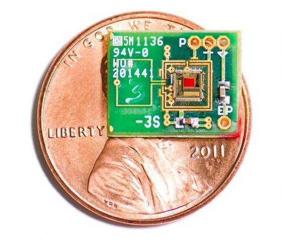 Der am MIT entwickelte Chip im Größenvergleich: Er passt ins Mittelohr. (Foto: Patrick P. Mercier/MIT)