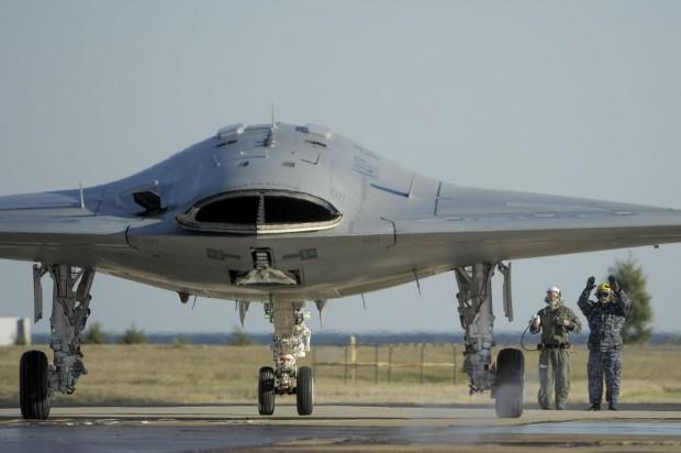 Drohne X-47B beim ferngesteuerten Fahren auf dem Rollfeld. (Foto: Northrop Grumman)