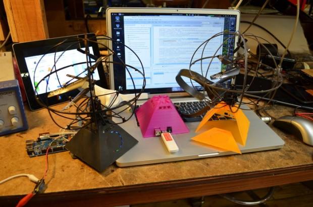 Das System besteht aus Headset, Hubschrauber und der Funkpyramide. (Foto: Puzzlebox)